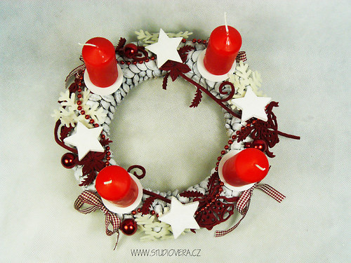 Adventní švestkový věnec červený
