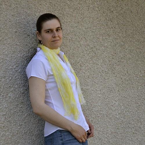 Vrapovaná bílo-žlutá šála