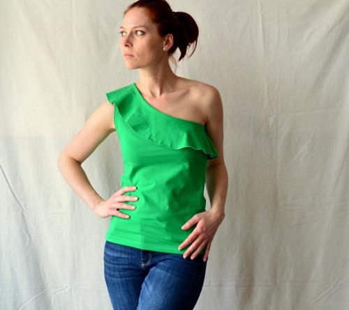 Asymetrické triko s volánkem - různé barvy