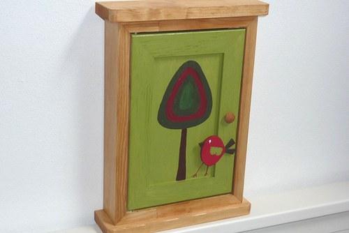 Dřevěná skříňka na klíče VESELÁ ALEJ II.