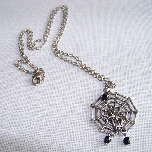 Náhrdelník s pavoučí sítí s broušenými korálky