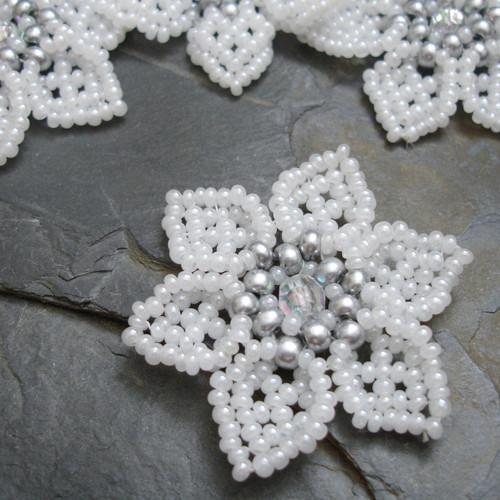 Šitá květinka -  bílá se stříbrným středem - 1 ks