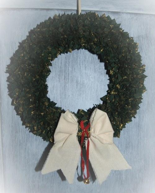Vánoční vypichovaný látkový věnec v zelené