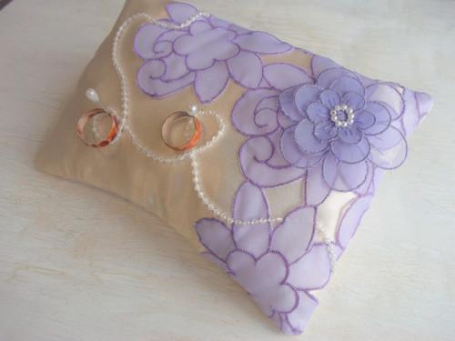 Polštářek pod prstýnky vanilkový s lila květy