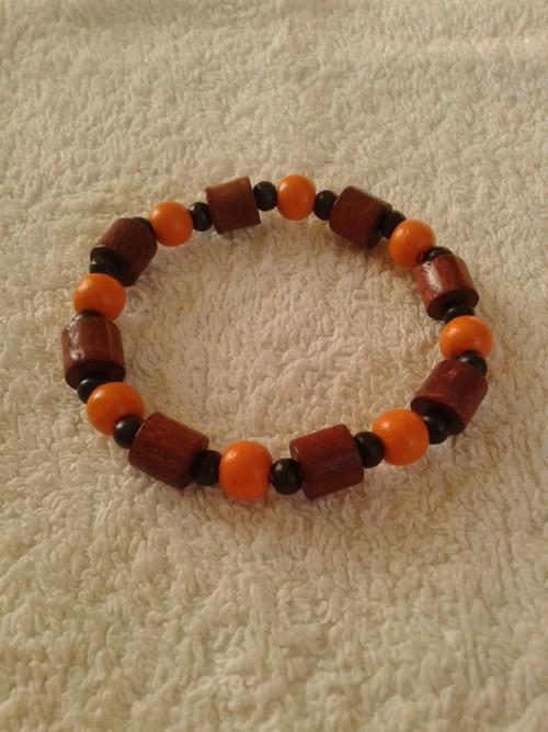 Náramek dřevěný oranžový - na pružence