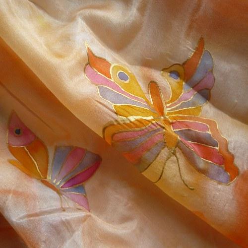 Oranžová šála s motýli