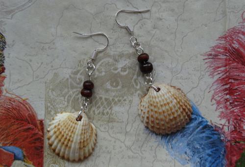 Něžné mušličkové náušnice s dřevěnými korálky