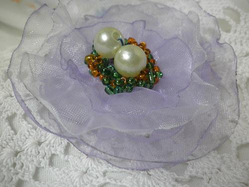 brož s perlami