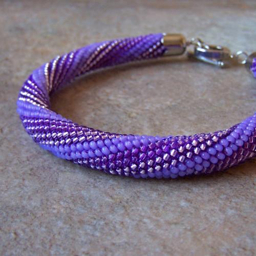 Háčkovaný náramek ve fialkových barvách