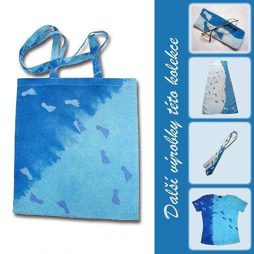 Modrá taška se stopami