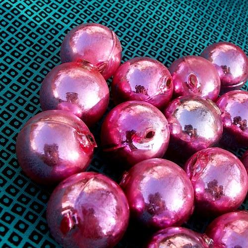 Růžové skleněné kouličky