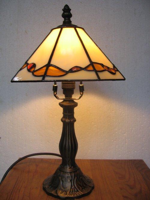 béžová lampa s polodrahokamy