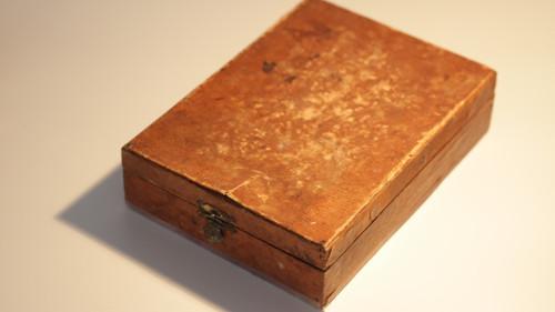 Starožitná dřevěná krabička na holení