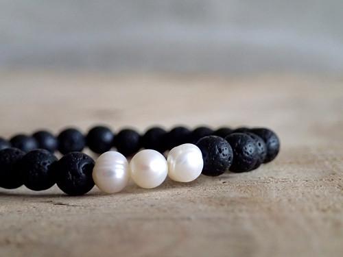Náramek z lávy a říčních perel