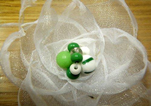 Bílá kytička se zelenou