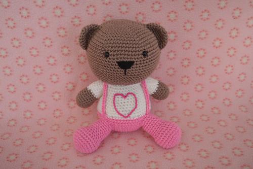 Háčkovaný medvídek v růžových kalhotách