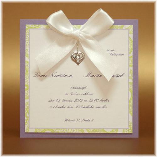 Svatební oznámení s kovovým srdíčkem a mašlí