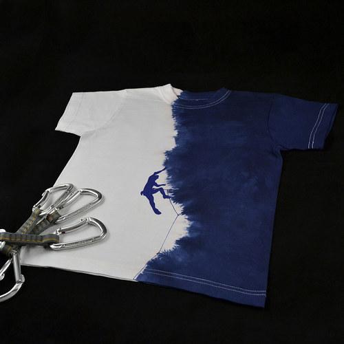 Modro-bílé dětské tričko s horolezcem (8 let)