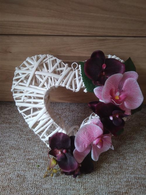 Bílé ratanové srdce s orchidejí