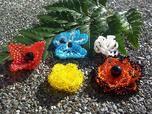 Kurz Malé kytky, šité z korálků