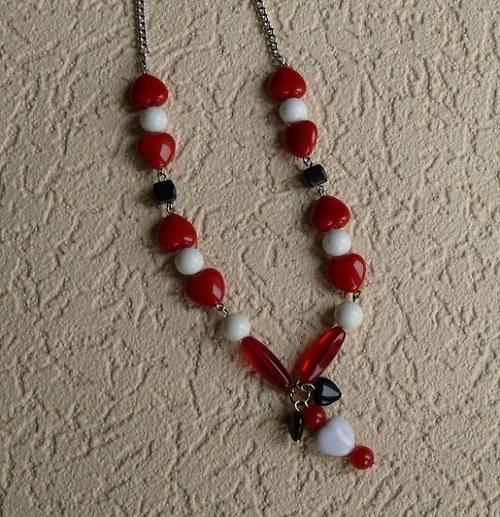 náhrdelník srdíčkový . červeno-bílý