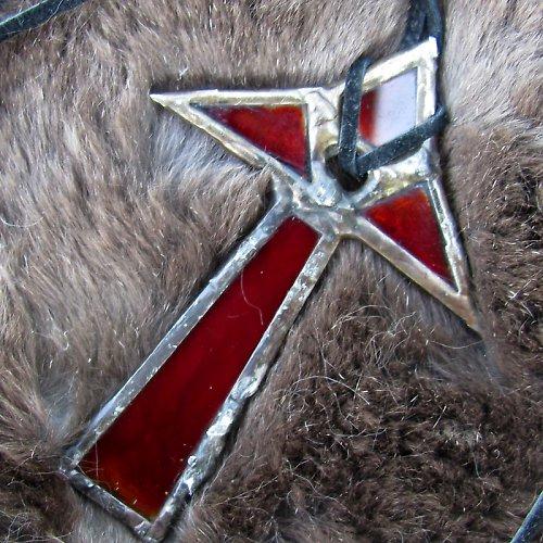 Rudý vitrážový kříž STAROVĚK