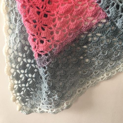Háčkovaný šátek duhový