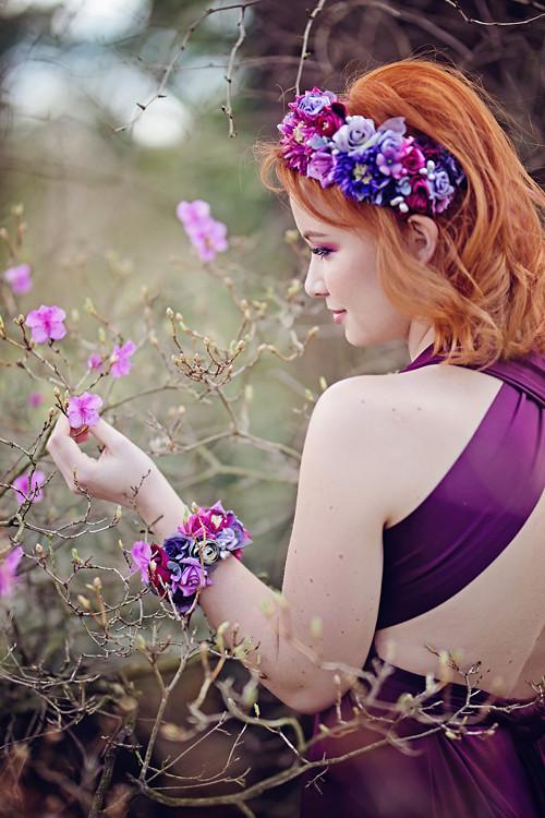 Romantický fialovo vínový květinový náramek