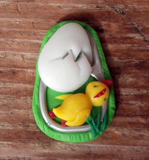 Jarní kuřátko v trávě