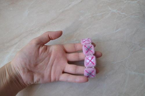 Kostkovaný náramek - růžový