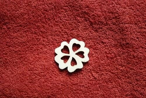2D výřez kytička s prořízlými srdíčky pr. cca 3cm