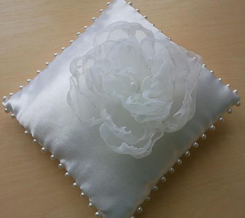 BÍLÝ polštářek pod prstýnky-květinka BÍLÁ