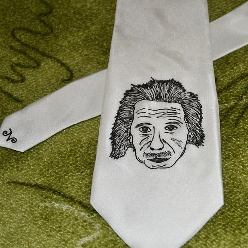 Bílá kravata s Einsteinem