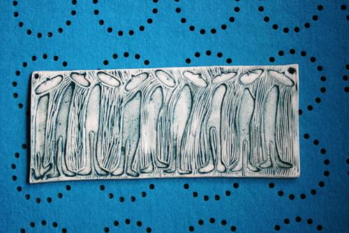 Keramický obrázek zástup človíčků
