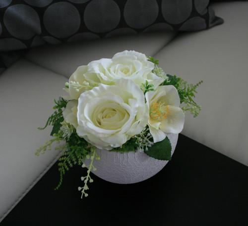 Koule s růžemi a čemeřicemi v krémové