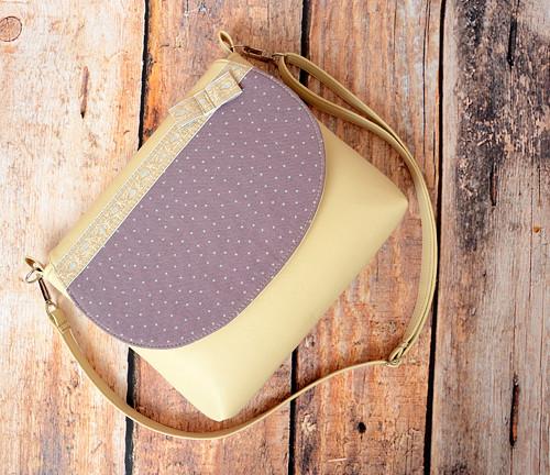 kabelka se zlatou aplikací
