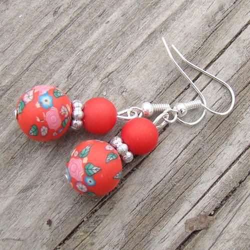 náušnice -  fimo kuličky červené s kytičkami