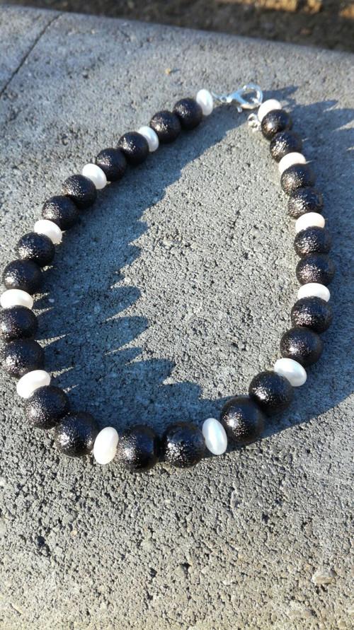 Náhrdelník z černo-bílých perliček