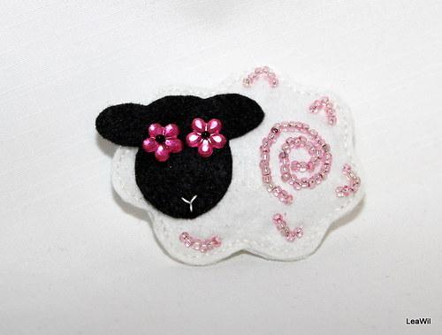 Ovečka růžoočka - brožka filc