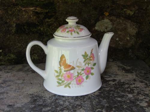 Porcelánová čajová konvička /t27/ Motýlek