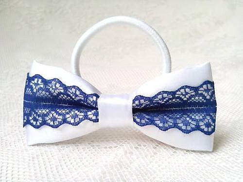 Folklore hair bow (white/dark blue)