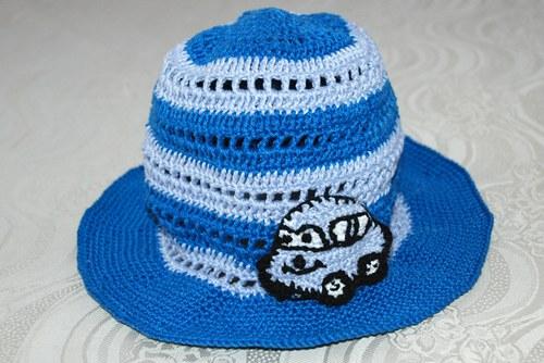 Letní klobouček s aplikací autíčka