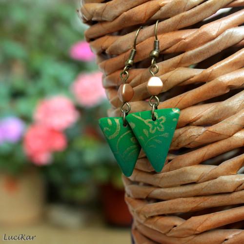 Zelené trojúhelníčky se zlatými kytičkami