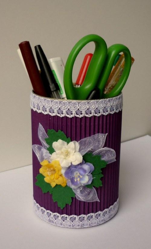 Fialový stojan na perá a ceruzky