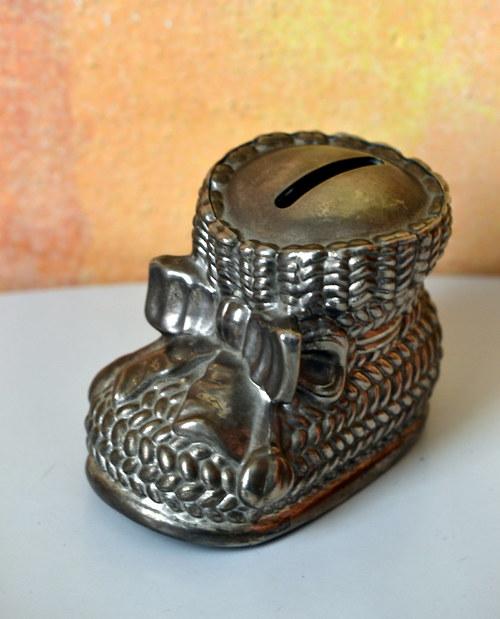 Krásná kovová kasička ve tvaru bačkůrky