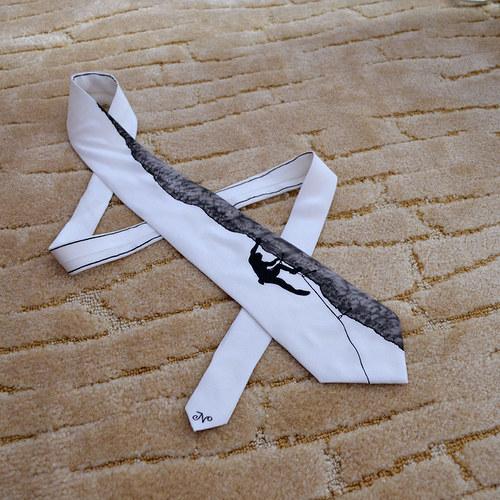 Hedvábná kravata s horolezcem černo-bílá