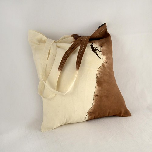 Béžovo-hnědá batikovaná taška s horolezcem