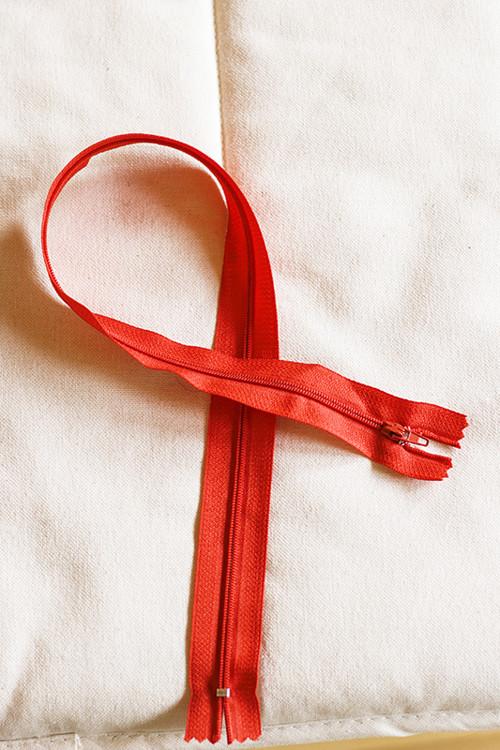 Zip červený nedělitelný 50 cm