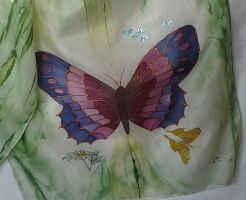 Modro-fialový motýl na letní louce - hedvábná šála