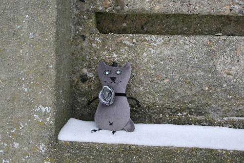 Kočička šedá s květem v odstínu stříbrné